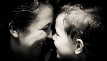 Matka i dziecko - czarno-białe