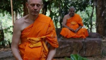 Podpowiedzi medytacyjne (i inne) Cezariusza Platty: #2 – Pozycja siedząca w medytacji/Zdjęcie archiwalne