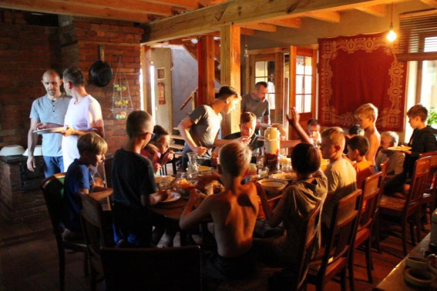 posiłek po pracy młodzi drwale przy stole