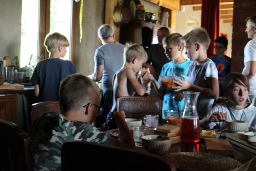 młodzież wokół stołu