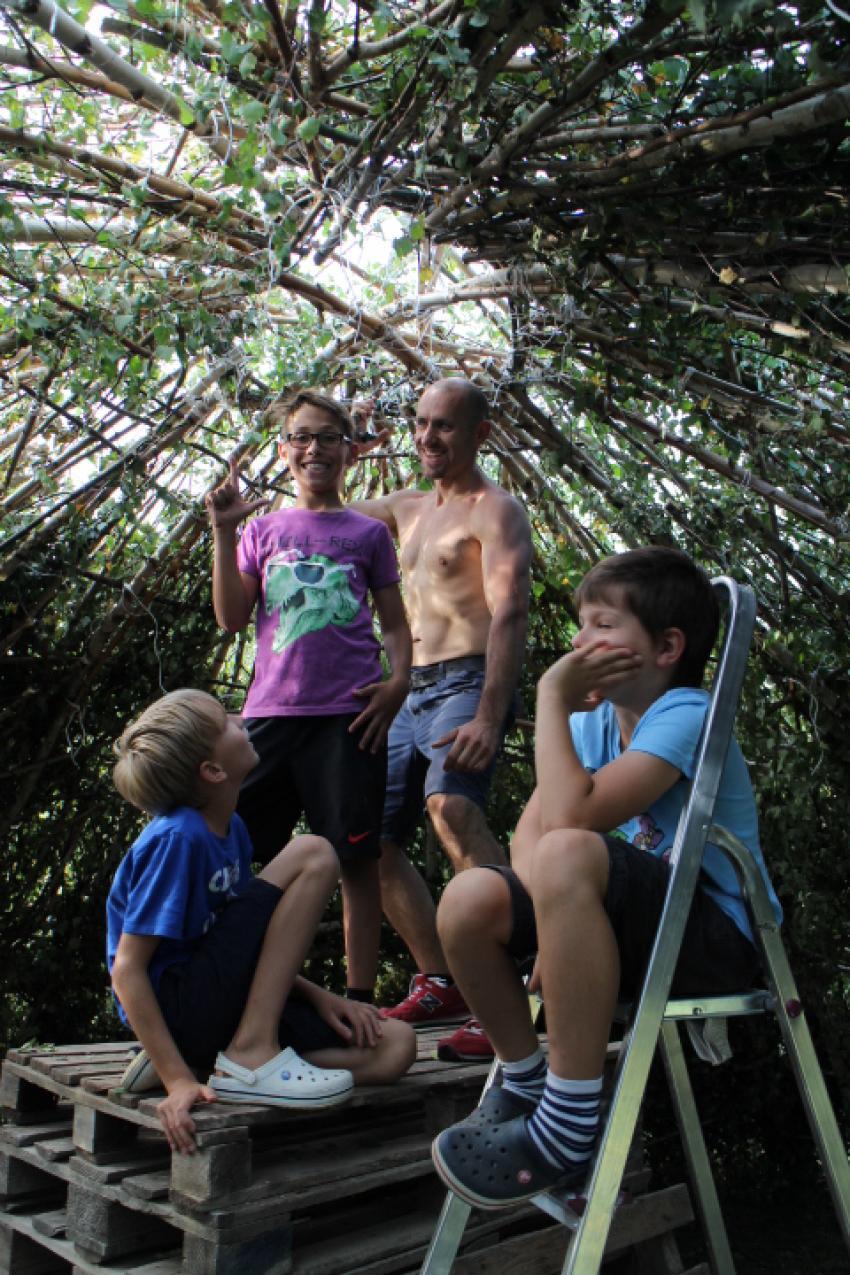 współpraca pokoleń przy dachu