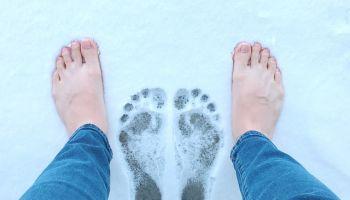 Odnajdywanie siebie w ciszy: Bosa stopa i śnieg